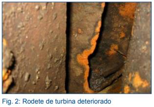 Rodete de turbina deteriorado en industria hidroeléctrica